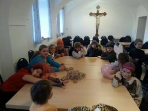 Kirchenmäuse sitzen verkleidet am Tisch