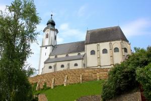Abb. der Pfarrkirche St. Nikolaus zu Emmersdorf an der Donau. Blick vom Fuße der Anhöhe nach oben.