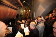 Blick auf die Orgeltastatur und den Chor