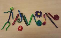 Fimokugelschreiber die von den Kirchenmäusen gemacht wurden, darüber und darunter eine Blume aus Fimo