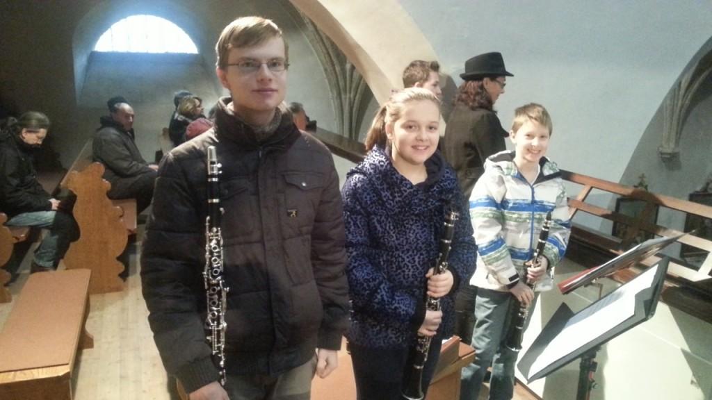 Abb. der drei Schülerinnen und Schüler der Klarinette mit ihren Instrumenten auf der Orgelempore während der Patroziniumsmesse 2014.