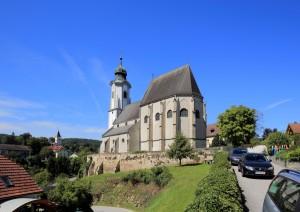Abb. der Pfarrkirche St. Nikolaus von rechts, schräg unterhalb der Apsis nach oben.
