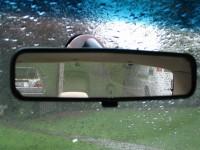 Rückbick durch den Rückspiegel eines Autos