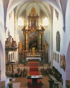 Abb. des Kirchenschiffes von St. Nikolaus zu Emmersdorf an der Donau. Blick von der Orgelempore zum Hochaltar.