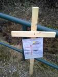 Eine Kinderzeichnung zum Thema wurde an einem Holzkreuz befestigt