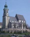 Abb. der Pfarrkirche St. Nikolaus in Emmersdorf an der Donau, der Turm im Vordergrund