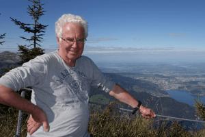 Abb. des Organisten Franz Resch im T-Shirt vor alpiner Kuliise.